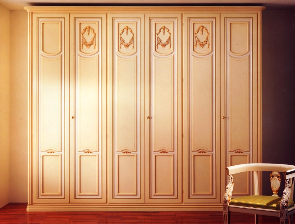 Встроенный шкаф с распашными дверями.